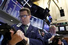 Operadores trabajando en la Bolsa de Nueva York, 24 de noviembre de 2015. Los rendimientos de los bonos del Tesoro de Estados Unidos subían el miércoles tras la publicación de un dato que mostró que los empleadores en Estados Unidos aumentaron las contrataciones en el sector privado en noviembre. REUTERS/Brendan McDermid