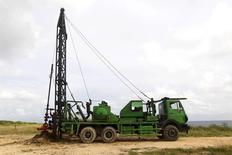Буровая установка на Кубе. 15 октября 2015 года. Цены на нефть растут после сообщения, что Саудовская Аравия предложит ОПЕК снизить добычу в попытке сбалансировать мировой рынок. REUTERS/Enrique de la Osa