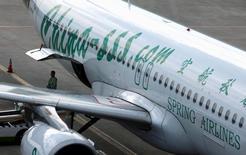 Spring Airlines, la principale compagnie aérienne chinoise à bas coûts, annonce jeudi avoir conclu un accord avec Airbus sur une commande de 60 avions A320neo, d'une valeur de 6,3 milliards de dollars (6,0 milliards d'euros) au prix catalogue. /Photo d'archives/REUTERS/Aly Song