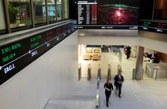 Personas caminan en el lobby de la Bolsa de Londres, 30 de noviembre de 2015. Los fondos brasileños accionarios transados en la bolsa de Londres subían un 4 por ciento y los ADR de empresas también escalaban después de que el Congreso del país sudamericano abrió el miércoles los procedimientos para un juicio político contra la presidenta Dilma Rousseff. REUTERS/Suzanne Plunkett