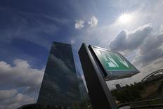 Штаб-квартира ЕЦБ во Франкфурте-на-Майне. 15 июля 2015 года. Европейскиий центробанк в четверг сократил депозитную ставку в попытке оживить кредитование и инфляцию в еврозоне и сообщил, что сегодня объявит о новых мерах экономической поддержки. REUTERS/Kai Pfaffenbach