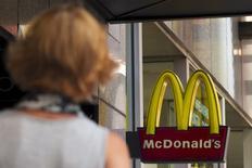 El logo de McDonalds, en una de sus tiendas en Times Square, Nueva York, 23 de julio de 2015. Los organismos de defensa de la competencia de la Unión Europea investigarán los acuerdos fiscales entre McDonald's y Luxemburgo, que permitieron a la cadena de comida rápida evitar pagar impuestos por las regalías de las franquicias en Europa desde 2009. REUTERS/Brendan McDermid