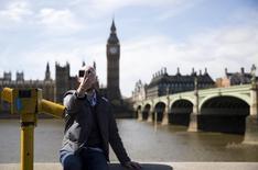 """Homem tirando """"selfie"""" em Londres.    12/04/2015   REUTERS/Neil Hall"""
