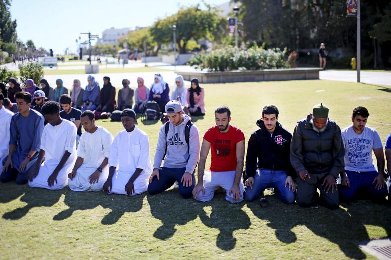 File photo of Muslim students holding a prayer before a rally against Islamophobia at San Diego State University in San Diego, California, November 23, 2015.  REUTERS/Sandy Huffaker