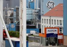 General Electric a déclaré jeudi que l'effet relutif du rachat des activités énergie d'Alstom pour 12,4 milliards d'euros serait dans le bas de la fourchette de ses estimations pour 2016, le conglomérat américain évoquant le retard qu'a pris la finalisation de la transaction. /Photo d'archives/REUTERS/Vincent Kessler