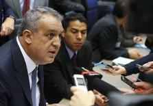 El ministro de Petróleo de Venezuela, Eulogio del Pino, habla a periodistas durante una reunión de ministro de la OPEP en Viena, Austria, 4 de diciembre de 2015.  REUTERS/Heinz-Peter Bader