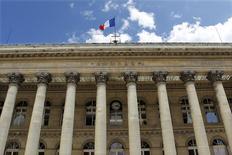 Les Bourses européennes sont dans le rouge vendredi à la mi-séance, aggravant leurs lourdes pertes de la veille après des annonces de la Banque centrale européenne (BCE) qui ont déçu les investisseurs. À Paris, le CAC 40 perd 0,5% vers 12h55 après sa chute de plus de 3,5% la veille et à Francfort, le DAX cède 0,49%. /Photo d'archives/REUTERS/Charles Platiau