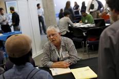 Una reclutadora en una feria de empleo en San Francisco, jul 15, 2015. El empleo en Estados Unidos subió sólidamente en noviembre, en una demostración de la fortaleza de la mayor economía del mundo, lo que probablemente allanará el camino para que la Reserva Federal eleve las tasas de interés este mes por primera vez en casi una década.  REUTERS/Robert Galbraith