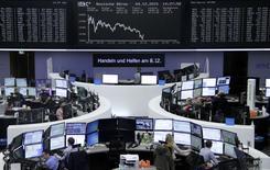Operadores trabajando en la Bolsa de Fráncfort, Alemania, 4 de diciembre de 2015. Las acciones europeas bajaron el viernes lideradas por el sector energético y extendieron las pérdidas de la sesión previa, cuando las nuevas medidas de estímulo del Banco Central Europeo decepcionaron a algunos inversores. REUTERS/Staff/Remote