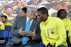 Presidente da Federação Equatoriana de Futebol (FEF), Luis Chiriboga (à esquerda), conversa com o jogador Antonio Valencia durante cerimônia especial, em Quito, no Equador, no ano passado. 26/05/2014 REUTERS/Guillermo Granja