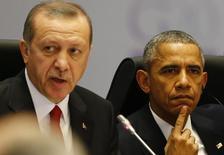 """Президенты Турции и США Тайип Эрдоган и Барак Обама на саммите G20 в Анталье. 15 ноября 2015 года. После того как Турция сбила российский бомбардировщик на прошлой неделе, США негласно отказались от своих давних призывов к союзнику по НАТО активнее участвовать в военно-воздушной операции против """"Исламского государства"""". REUTERS/Murad Sezer"""