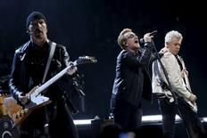 Foto del domingo de Bono (C), the Edge (I) y Adam Clayton (D), integrantes de U2, tocando en París. Dic 6, 2015. La banda de rock U2 rindió tributo a las víctimas de los ataques en París en su vuelta a los escenarios en Francia, donde dos conciertos programados fueron cancelados tras los atentados de noviembre, aunque la esperada aparición de Eagles of Death Metal con los irlandeses no se produjo. REUTERS/Benoit Tessier