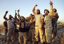 Бойцы Свободоной сирийской армии после боев в провинции Даръа 13 августа 2015 года. Сирийские оппозиционные силы соберутся во вторник на встречу в столице Саудовской Аравии, чтобы попытаться выдвинуть представителей на предстоящие в Нью-Йорке международные переговоры о прекращении гражданской войны в Сирии. REUTERS/Alaa Al-Faqir
