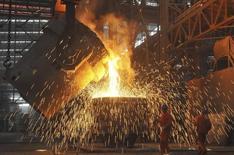 Trabajadores en una acería en Dalian, Liaoning, 13 de julio de 2012. La producción de acero sin procesar de China caerá por segundo año consecutivo en el 2016 ante una debilidad de la demanda por el enfriamiento de la economía en el mayor productor del mundo, dijo un reporte del Gobierno el lunes, lo que subraya el panorama sombrío para los sectores del mineral de hierro y el acero. REUTERS/China Daily