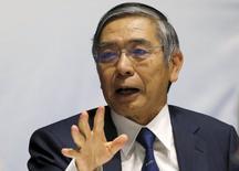 El gobernador del BOJ, Haruhiko Kuroda, habla durante un foro en Tokio, Japón, 7 de diciembre de 2015. El gobernador del Banco de Japón, Haruhiko Kuroda, dijo el lunes que no veía necesidad de implementar una tasa de depósitos negativa en el país, dado que los costos de endeudamiento ya eran sumamente bajos gracias al agresivo programa de compras de activos del banco central. REUTERS/Toru Hanai