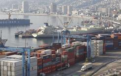 Cargueros y contenedores vistos en el puerto de Valparaíso, Chile, 5 de abril de 2013. Chile anotó un superávit comercial de 401 millones de dólares en noviembre, luego de tres meses con saldo negativo, en medio de débiles envíos liderados por el cobre y una caída de las importaciones por un enfriamiento de la demanda interna. REUTERS/Eliseo Fernandez