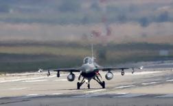 """Турецкий самолет F-16 приземляется на авиабазе Инджирлик в Адане. 11 августа 2015 года. Турецкие военные самолёты приняли участие в военно-воздушной операции коалиции во главе с США в Сирии, но не наносили удары по """"Исламскому государству"""" с 24 ноября после инцидента с российским самолётом Су-24, сказал высокопоставленный турецкий чиновник в понедельник. REUTERS/Murad Sezer"""