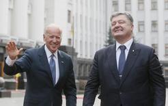 Вице-президент США Джо Байден и президент Украины Петр Порошенко в Киеве. 7 декабря 2015 года. Вашингтон выделит дополнительную помощь на сумму $190 миллионов в поддержку реформ на Украине, признаки которых уже стали заметны в экономической сфере, сообщил вице-президент США Джозеф Байден. REUTERS/Valentyn Ogirenko