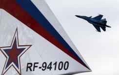 Российский военный самолет Су-34 участвует в шоу на авиасалоне МАКС в подмосковном Жуковском. 19 августа 2011 года. Власти США уверены в том, что ответственность за ракетный удар по лагерю сирийской армии, вину за который власти Сирии возложили на западную коалицию, лежит на России, сообщил в понедельник высокопоставленный американский военный чиновник. REUTERS/Sergei Karpukhin
