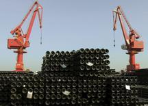 Grúas junto a pilas de barras de metal para ser exportadas, en un puerto en Lianyungang, China, 1 de diciembre de 2015. El desempeño comercial de China se mantuvo débil en noviembre, cuando las exportaciones cayeron un 6,8 por ciento respecto al mismo mes del año anterior, en su quinto mes consecutivo de descenso, mostraron datos el martes. REUTERS/China Daily