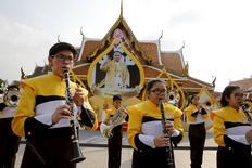 """Музыкальная группа выступает на празднествах по случаю 88-летия короля Таиланда Пхумипона Адульядета в Бангкоке. 5 декабря 2015 года. Бюро Интерпола в Таиланде не обладает """"убедительными доказательствами"""" реальности угрозы атак со стороны боевиков """"Исламского государства"""", о возможности которых российские спецслужбы предупредили таиландских коллег на прошлой неделе, сообщил глава Интерпола в Таиланде во вторник. REUTERS/Jorge Silva"""