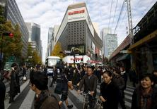 Un concurrido cruce en una zona comercial de Tokio, el 8 de diciembre de 2015. La economía de Japón evitó una recesión técnica en el tercer trimestre, luego de que una estimación inicial que apuntaba a una contracción del Producto Interno Bruto fue revisada a una expansión anualizada de un 1,0 por ciento, dando esperanzas a los funcionarios que luchan por finalizar años de estancamiento. REUTERS/Thomas Peter