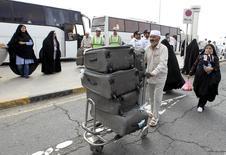 Иранский паломник толкает багажную тележку в аэропорту Тегерана по возвращении из Саудовской Аравии 28 сентября 2015 года. REUTERS/Raheb Homavandi