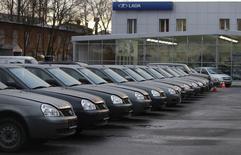 Автомобили в дилерском центре Lada в Санкт-Петербурге 27 ноября 2012 года.  Глубокое падение авторынка в ноябре объясняется прошлогодним ажиотажным спросом, но ежемесячные продажи показывают признаки стабилизации на очень низком уровне. REUTERS/Alexander Demianchuk