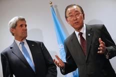 Госсекретарь США Джон Керри и генсек ООН Пан Ги Мун общаются с прессой в кулуарах климатической конференции в Ле-Бурже под Парижем 8 декабря 2015 года. Новый раунд переговоров дипломатов о сирийской проблеме может пройти в Нью-Йорке на следующей неделе, сказал Керри во вторник после беседы с Пан Ги Муном. REUTERS/Stephane Mahe