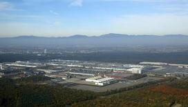 En la imagen, una vista aérea de una fábrica de Peugeot Citroen PSA en Mulhouse, Francia, el 24 de octubre de 2015. La subida de los inventario y un gasto de los hogares fueron los dos principales motores del crecimiento de la zona euro en el tercer trimestre, compensando un impacto negativo del comercio, según los datos revisados de la agencia estadística de la Unión Europea. REUTERS/Jacky Naegelen