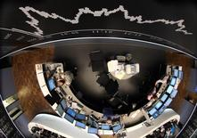 Помещение фондовой биржи во Франкфурте-на-Майне. 5 августа 2011 года. Десять стран еврозоны договорились во вторник относительно ряда аспектов единого налога на финансовые операции и установили срок до середины следующего года для соглашения относительно оставшихся вопросов, включая налоговые ставки, говорится в заявлении группы обсуждающих его государств. REUTERS/Ralph Orlowski