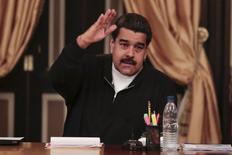 En la imagen, Maduro gesticula mientras habla en una reunión con gobernadores y ministros en el Palacio de Miraflores, en Caracas, en una imagen suministrada por el Palacio de Miraflores el 7 de diciembre de 2015. El presidente de Venezuela, Nicolás Maduro, reconoció la noche del martes que la economía venezolana, que entró en recesión en el 2014, se contraerá un 4 por ciento este año y la inflación puede cerrar en un 100 por ciento. REUTERS/Miraflores Palace/Handout via Reuters