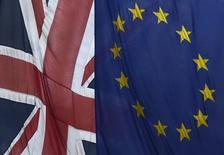"""L'économie britannique devrait afficher une croissance régulière et solide en 2016 mais ses perspectives vont rester exposées à la menace du """"Brexit"""", l'éventuelle sortie du Royaume-Uni de l'Union européenne après le référendum promis par David Cameron, selon une enquête de Reuters. /Photo d'archives/REUTERS/Toby Melville"""