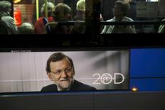A diez días de unas reñidas elecciones generales en España, el presidente del Gobierno, Mariano Rajoy, presentó el jueves dos nuevas medidas de recorte de impuestos que introduciría en el caso de ganar las elecciones. En la imagen, un póster electoral de Rajoy, en un autobús en Madrid, 9 de diciembre de 2015.REUTERS/Susana Vera