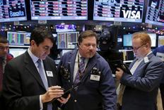 Operadores en pleno trabajo después de la apertura de la sesión en la Bolsa de Valores de Nueva York en Manhattan, 8 de diciembre de 2015. Las acciones en la Bolsa de Nueva York subieron el jueves, luego de una racha de tres caídas al hilo, pero recortaron las ganancias con fuerza en la parte final de la sesión debido a una baja en los precios del petróleo a cerca de mínimos de siete años.  REUTERS/Lucas Jackson