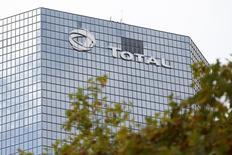 Total, qui a annoncé le lancement de la  production du projet Moho Phase 1b en offshore profond au Congo, à suivre vendredi à la Bourse de Paris. /Photo d'archives/REUTERS/Charles Platiau