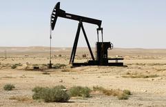"""Устройство для добычи нефти в сирийской провинции Ракка 12 сентября 2013 года. Боевики радикальной группировки """"Исламское государство"""" заработали более $500 миллионов на продажах нефти, значительная часть которой была продана правительству Башара Асада, а некоторый объём был поставлен в Турцию, сообщил высокопоставленный чиновник Казначейства США. REUTERS/Molhem Barakat"""