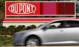 Los gigantes estadounidenses de la industria de químicos DuPont y Dow Chemical Co acordaron fusionarse en una operación basada sólo en acciones que da un valor de 130.000 millones de dólares a la firma combinada y que incluye planes de dividir eventualmente a la nueva compañía en tres empresas. En la imagen, el logo de Dupont en el complejo Chestnut Run Plaza de Dupont cerca de Wilmington, Delaware, 17 abril de 2012.  REUTERS/Tim Shaffer