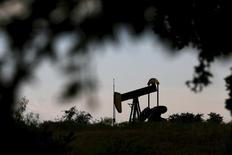 Una unidad de bombeo de petróleo operando en Cisco, Texas, 23 de agosto de 2015. Los precios del petróleo ampliaban sus pérdidas el viernes y alcanzaban sus peores niveles desde la crisis de crédito del 2008/2009, después de que la Agencia Internacional de Energía (AIE) advirtió que el exceso global de suministros podría empeorar el próximo año. REUTERS/Mike Stone
