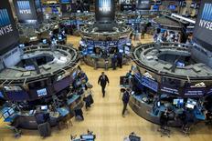 Répétition du titre. La Bourse de New York a ouvert en net repli vendredi, pénalisée par la baisse continue des cours du pétrole, tombés à leurs plus bas niveaux depuis sept ans face aux craintes d'engorgement prolongé du marché du brut. Quelques minutes après le début des échanges, l'indice Dow Jones perd 1,21%, le Standard & Poor's 500 recule de 1,09% et le Nasdaq Composite cède 1,09%. Au même moment, le baril de brut léger américain abandonne 1,2% à 36,30 dollars. /Photo d'archives/REUTERS/Brendan McDermid