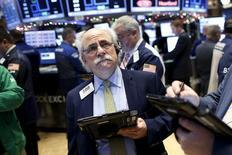 Operadores en la bolsa de Wall Street en Nueva York, dic 11, 2015. Las acciones en Estados Unidos cerraron el viernes con fuertes bajas, con el índice S&P 500 en su peor semana desde agosto, por un desplome de los precios del petróleo que se sumó al nerviosismo de los inversores antes de que la Reserva Federal suba su tasa de interés por primera vez en casi una década.  REUTERS/Brendan McDermid