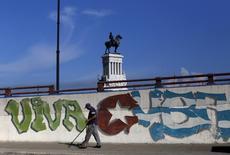 """Le ministre français des Finances, Michel Sapin, a salué samedi """"l'accord historique"""" auquel sont parvenus Cuba et ses créanciers, et qui résoud définitivement d'après lui la question de sa dette. /Photo prise le 19 septembre 2015/REUTERS"""