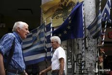 La dette grecque peut être viable et l'objectif est de la reprofiler afin de permettre des remboursements réguliers en étendant les échéances, esitme le directeur du Mécanisme européen de stabilité, Klaus Regling. Il ajoute que, selon lui, la Grèce pourrait avoir de nouveau accès aux marchés obligataires d'ici la fin 2016. /Photo prise le 27 août 2015/REUTERS/Alkis Konstantinidis