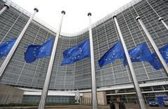 La producción industrial de la zona euro aumentó más de lo esperado en octubre, principalmente gracias a una mayor producción de bienes de capital y de consumo duradero, como frigoríficos o vehículos, dijo el lunes la oficina de estadísticas de la Unión Europea. En la imagen, banderas europeas en la sede de la Comisión Europea, en Bélgica, el 17 de noviembre de 2015. REUTERS/Yves Herman