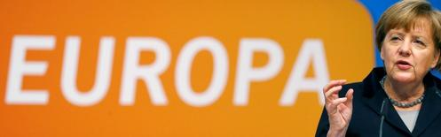 Europa aún no ha superado la crisis de la zona euro y todavía es necesario atajar los errores cometidos por los fundadores del proyecto de la divisa, dijo el lunes la canciller alemana, Angela Merkel. En la imagen,  Merkel ofrece un discurso ante los conservadores de la CDU en Karlsruher el 14 de diciembre de 2015.   REUTERS/Kai Pfaffenbach