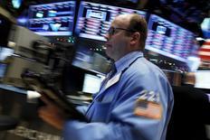 Un operador en la bolsa de Wall Street en Nueva York, dic 11, 2015. Las acciones en Wall Street retrocedían el lunes, dos días antes de la esperada subida de las tasas de interés en Estados Unidos, mientras los precios del petróleo transitaban cerca de mínimos en 11 años.  REUTERS/Brendan McDermid