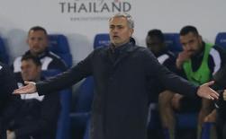 Mourinho gesticula durante jogo do Chelsea com o Leicester City.  14/12/15. Reuters/ Andrew Yates