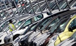 La croissance du marché automobile européen a fortement accéléré en novembre, sauf pour le groupe Volkswagen, toujours plombé par le scandale des émissions de ses voitures, seul des grands constructeurs généralistes à ne pas afficher une hausse à deux chiffres de ses ventes. /Photo d'archives/REUTERS/Vincent Kessler