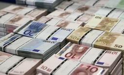 España colocó el martes 2.933 millones de euros en deuda a corto plazo, con unos tipos de interés negativos y un importe superior al objetivo fijado el lunes. En la imagen, fajos de billetes de euro en la sede de GSA Austria (Money Service Austria) en Viena, 22 de julio de 2013.  REUTERS/Leonhard Foeger