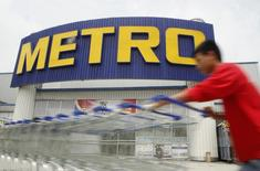Мужчина толкает тележки у супермаркета Metro в Ханое. 8 августа 2014 года. Немецкий ритейлер Metro прогнозирует увеличение продаж и доходов в 2015/16 финансовом году, несмотря на сложные экономические условия. REUTERS/Do Khuong Duy